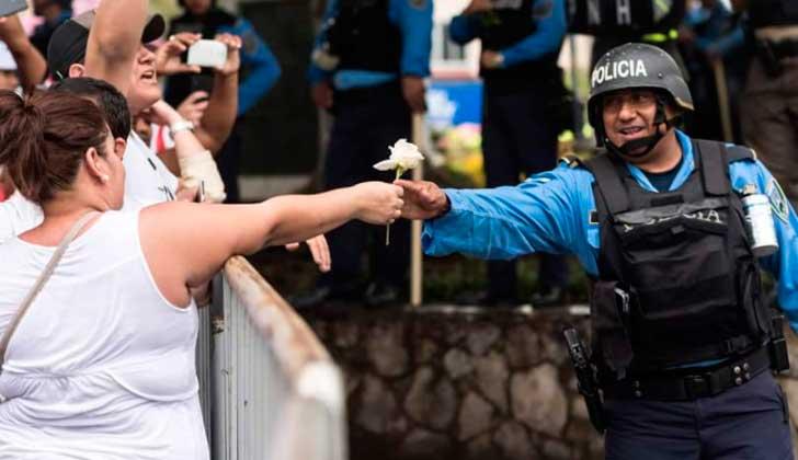 Honduras: la Policía se declara en huelga para no reprimir. Foto: Twitter