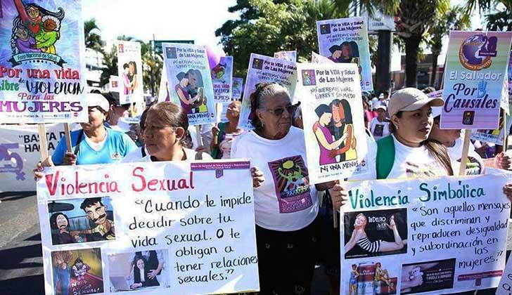"""La ONU insta a El Salvador a retirar ley """"draconiana"""" sobre el aborto. Foto: Salvadoreñas marchan por el aborto legal/ EFE"""