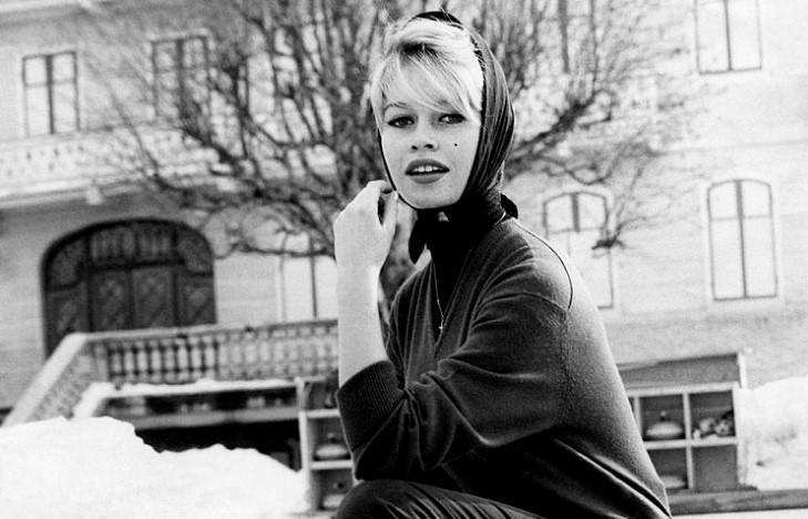 Bardot posa para una sesión de fotos en París, Francia, en febrero de 1950. Foto: Wikimedia Commons