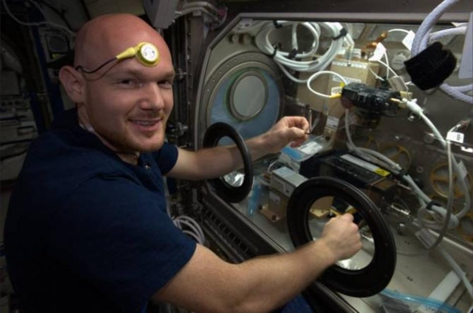 Astronauta Luca Parmitano con un sensor en la frente que midió su temperatura. FOto: NASA/ESA