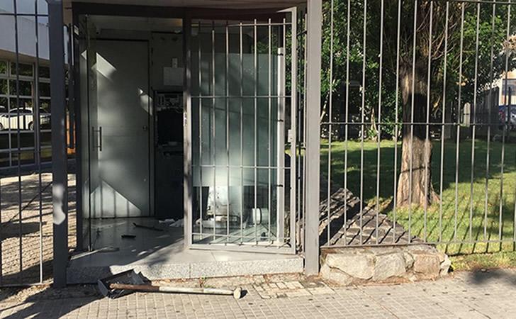 Estado del cajero automático que quisieron robar los delincuentes / Foto: Subrayado