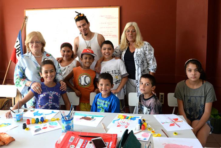 Glenda Rondán junto a docentes, niños y niñas que participan de los Talleres / Foto: MEC