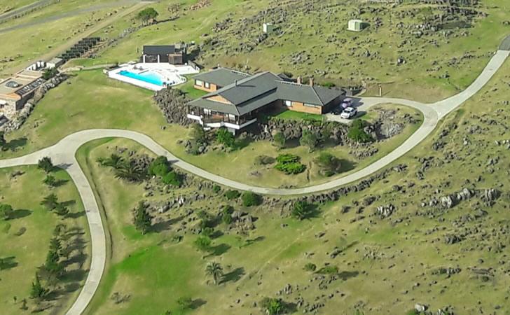Balcedo y su zoológico personal en su campo de Playa Verde