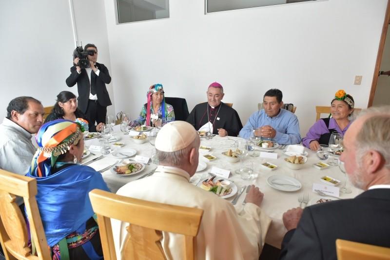 Francisco conversa con varios representantes de grupos aborígenes chilenos. Foto: vatican.va