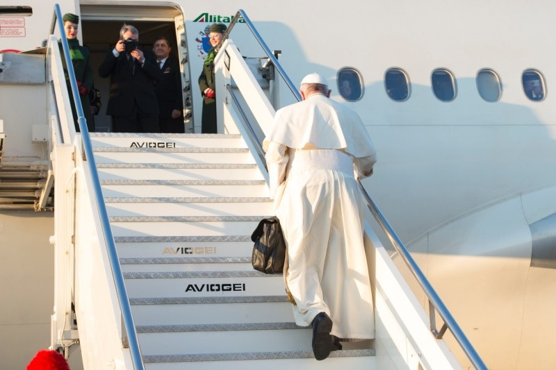El papa Francisco aborda el avión que lo lleva de vuelta a Roma. Foto: vatican.va