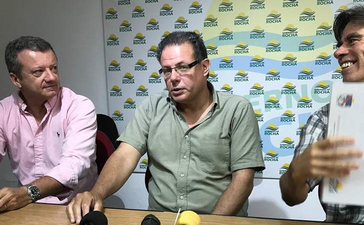 Intendente de Rocha junto a algunos directores de la comuna / Foto: Intendencia de Rocha