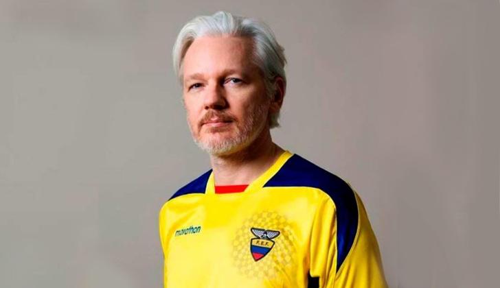 Assange publicó esta foto en su cuenta de Twitter en que posa con una camiseta de la selección de fútbol ecuatoriana. Foto: Twitter/JulianAssange
