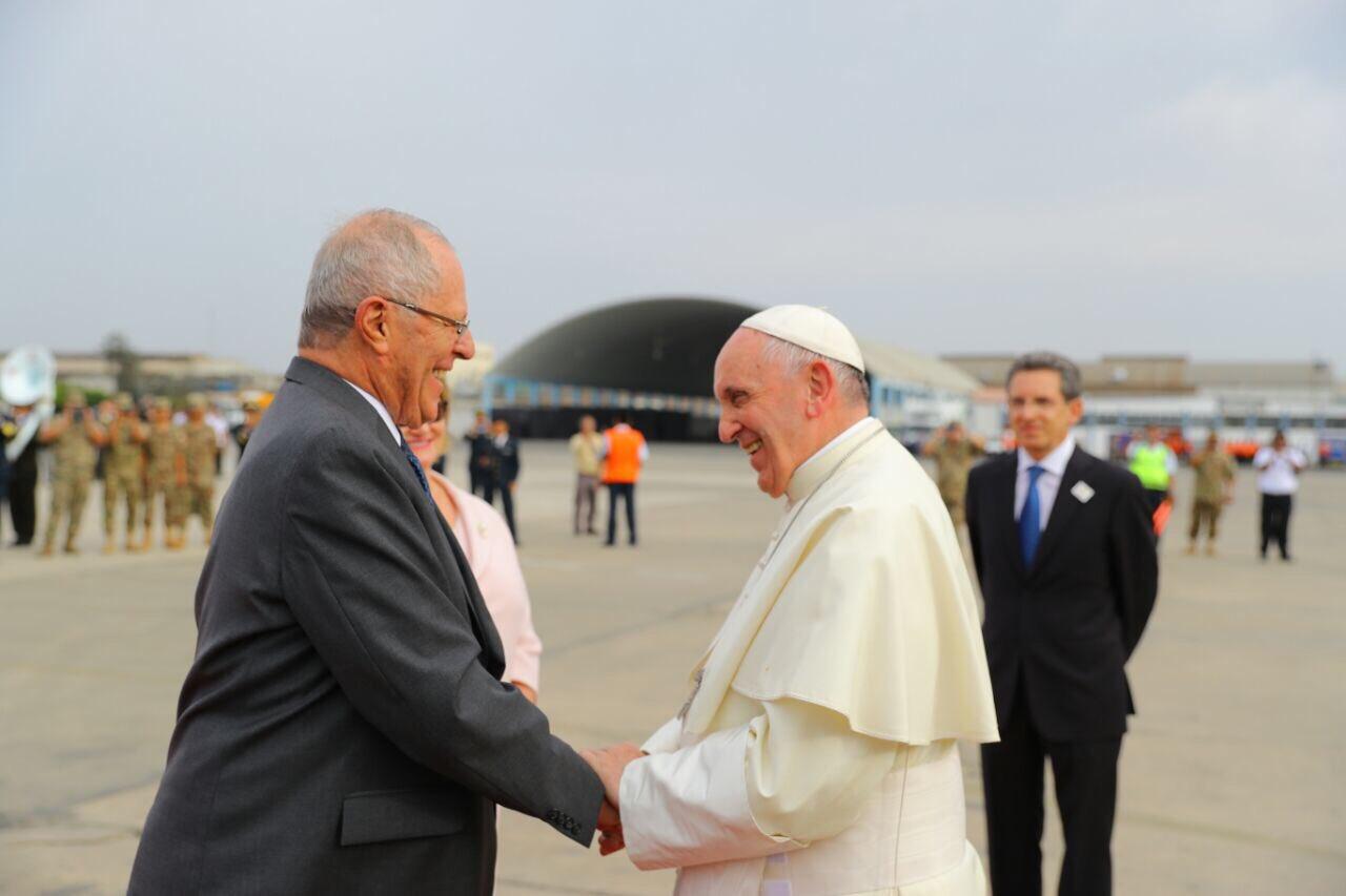 Kuczynski recibió al papa Francisco en su visita a Perú. Foto: Twitter/ppkamigo