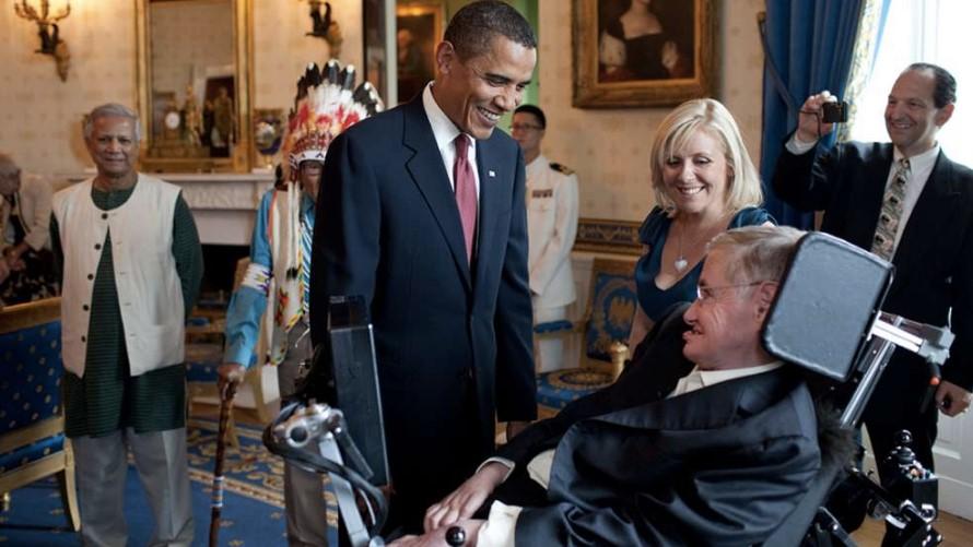Stephen Hawking conversa con el ex presidente estadounidense Barack Obama. Foto: Archivo de la Casa Blanca.