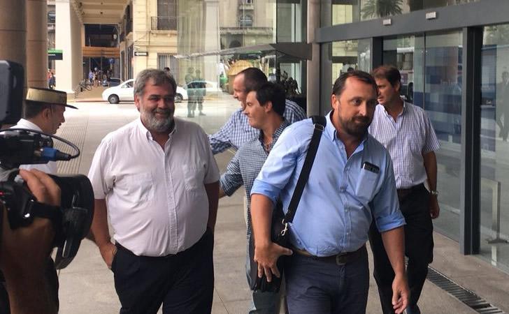 """Los """"autoconvocados"""" arriban a la reunión con Vázquez en la Torre Ejecutiva / Foto: Telenoche"""