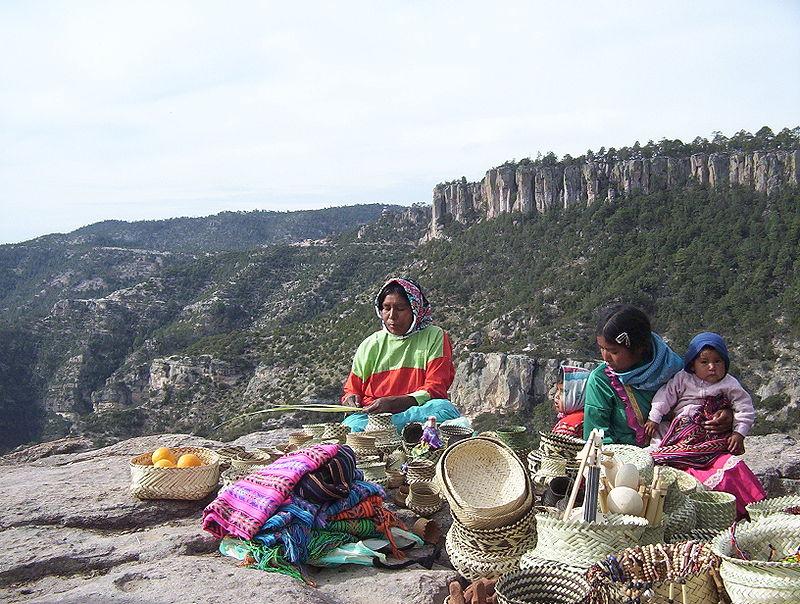 Mujeres aborígenes rarámuris elaborando artesanías. Foto: Wikimedia Commons