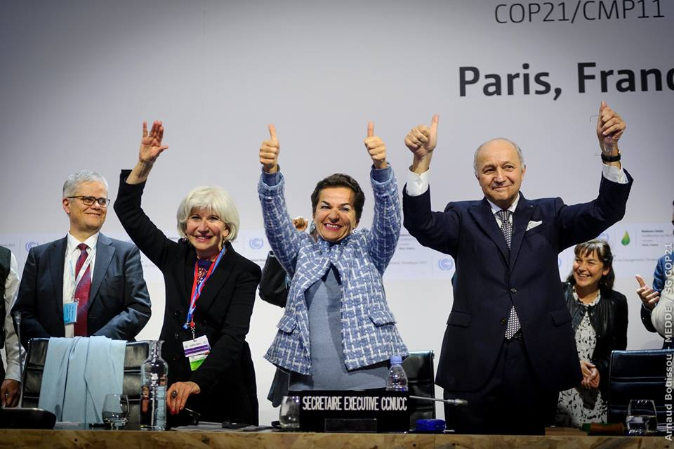 Líderes de la conferencia COP21 celebran la aprobación del Acuerdo de París, en 2015