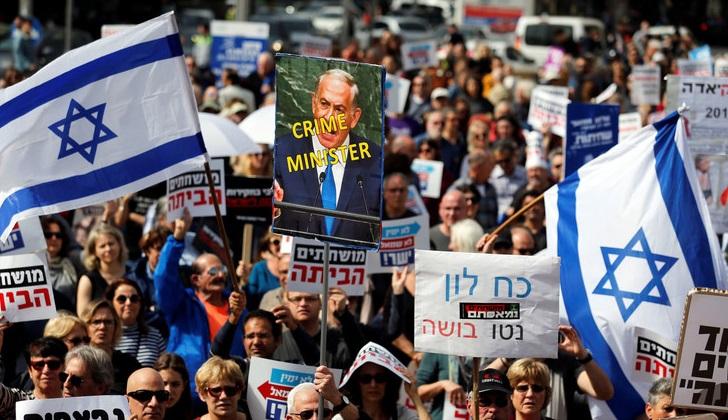 Israelíes piden la renuncia de Netanyahu por acusaciones de corrupción.