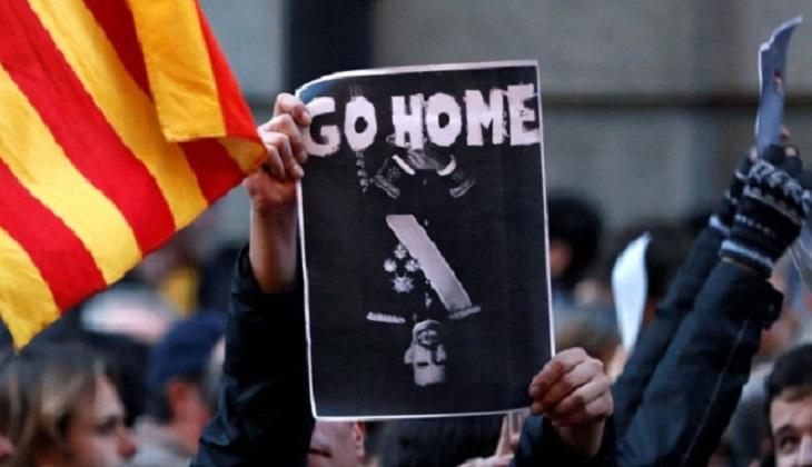 Felipe VI llegó a Barcelona en medio de protestas y el plante de las principales autoridades catalanas .