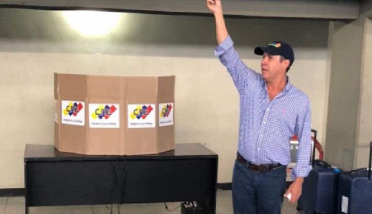 El opositor Henri Falcón oficializó su inscripción como candidato presidencial en Venezuela.