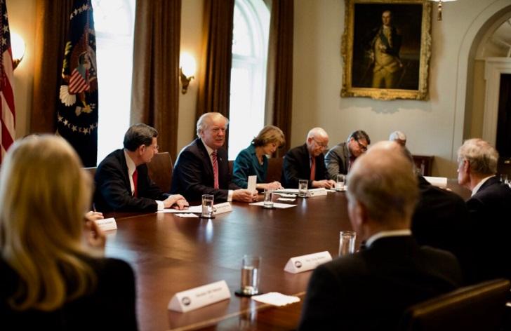 Trump urge al Senado a apoyar un duro proyecto migratorio.