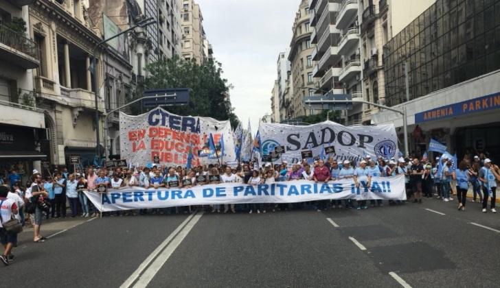 Docentes argentinos de paro en reclamo por aumento salarial, paritarias libres e inversión en educación.