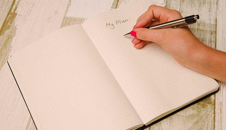 Escribir una lista de tareas antes de dormir podría acelerar el proceso del sueño. Foto: Pixabay