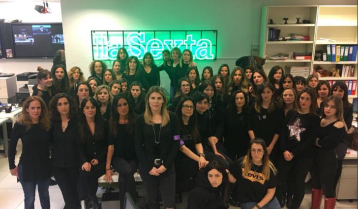 Mujeres periodistas españolas firman un manifiesto contra el machismo en el sector y en apoyo a la huelga del 8-M. Foto: equipo de redacción de La Sexta preparándose para el 8M