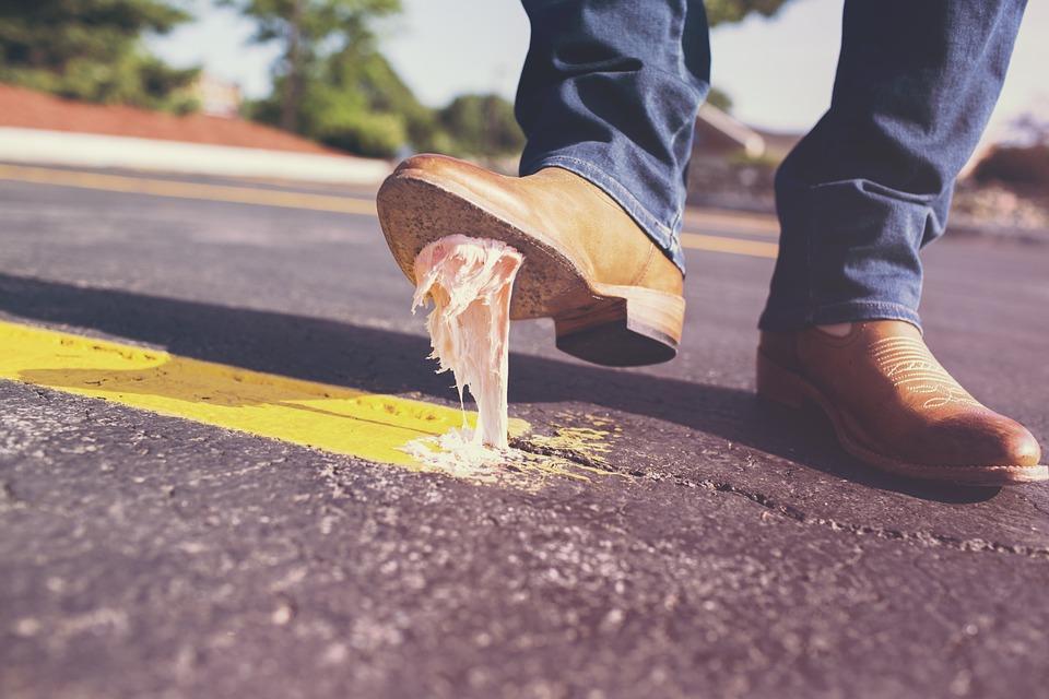 Pisar chicle es un problema para tu zapato. Pero que exista como producto es un problema para el medio ambiente. Foto: Pixabay
