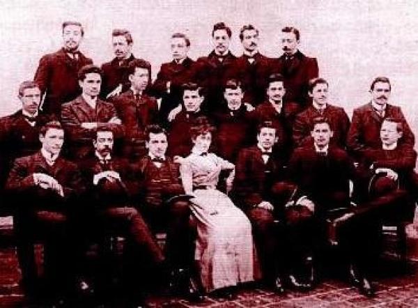 Paulina Luisi posa junto a sus compañeros de clase, todos hombres.