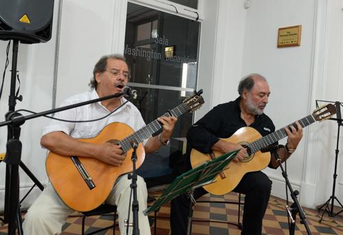Carlos  Benavides junto a Eduardo Larbanois