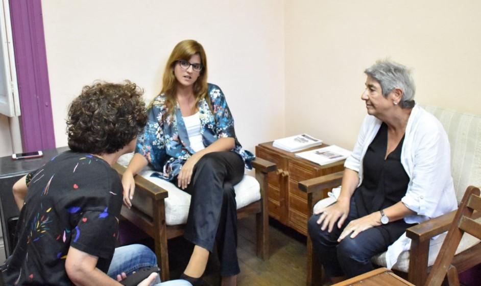 Ana María Mizrahi (izq)  entrevista a Fabiana Goyeneche (cen) y Lilián Celiberti (der). Foto: Carlos Loría