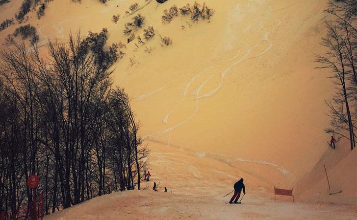Cayó nieve naranja en las montañas de Europa del Este