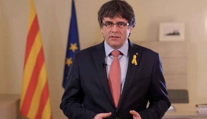 Puigdemont renuncia a presidir Cataluña y propone que Sánchez sea investido .