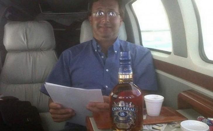 La foto presuntamente trucada de Leonardo De León junto a la botella de whisky