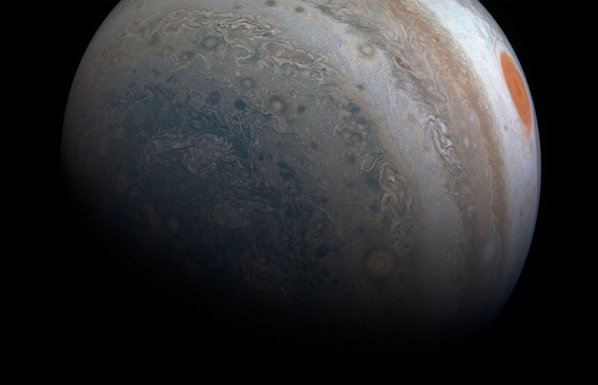 La NASA exhibe un vuelo sobre el polo norte de Júpiter