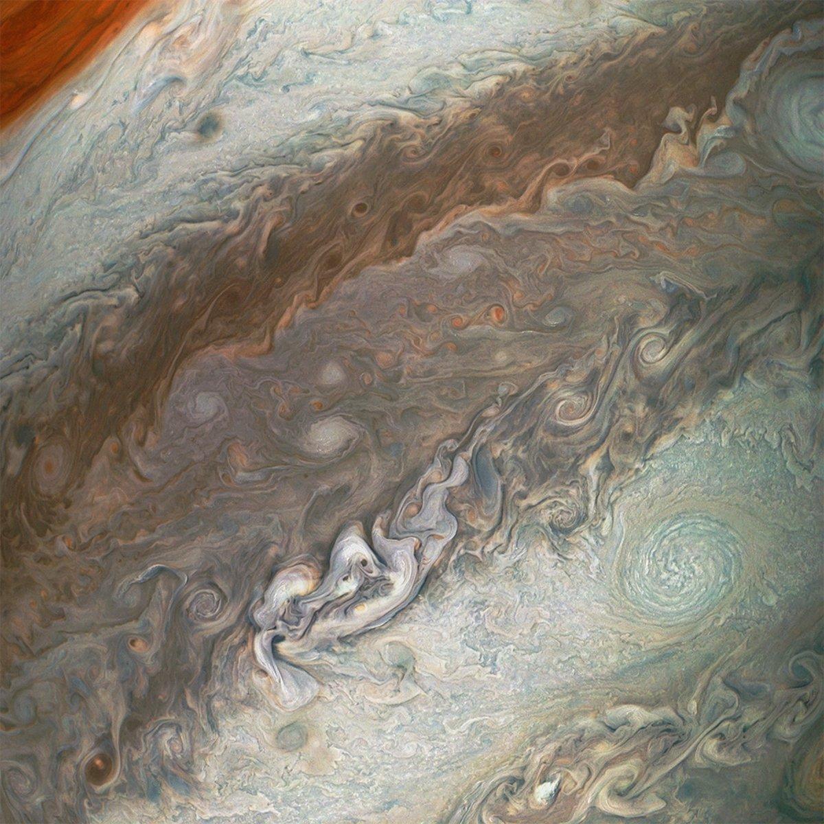 La sonda Juno revela nuevas imágenes de ciclones gigantes en Júpiter