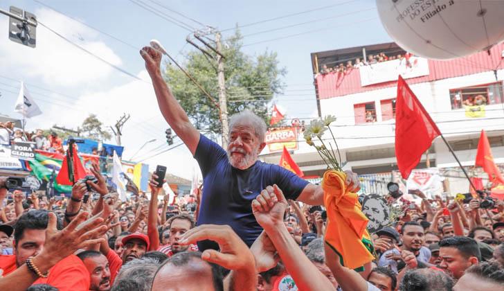 Lula es aclamado por la multitud.