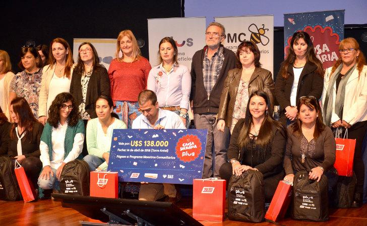 Foto de los participantes del evento exponiendo un cheque simbólico de 138 mil dólares