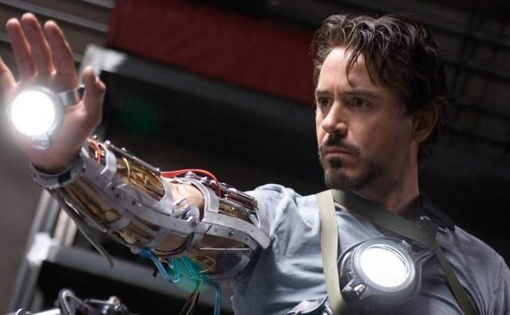 Tony Stark creando la armadura Mark II en la primera película de Iron Man (2008)