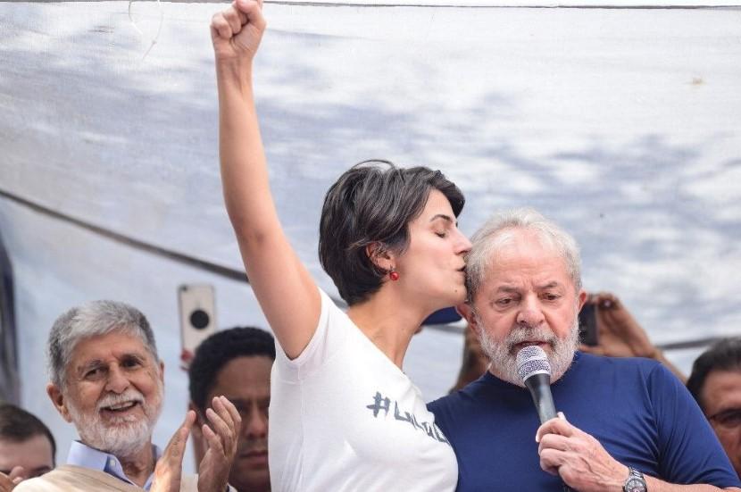 Manuela Dávila, precandidata a la presidencia de Brasil, saluda a Lula. Foto: Twitter/LupaPeloBrasil