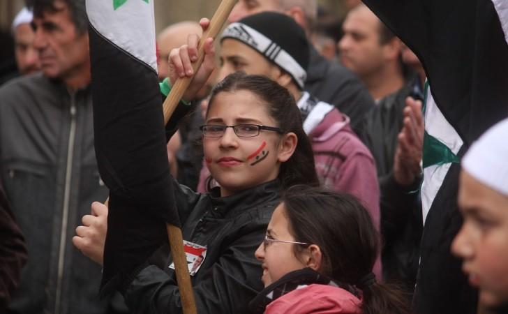 Una joven sostiene una bandera de Siria en una manifestación por la paz, realizada en Altos del Golán, una meseta ubicada en la frontera entre Israel, Líbano, Jordania y Siria. Foto: Pixabay