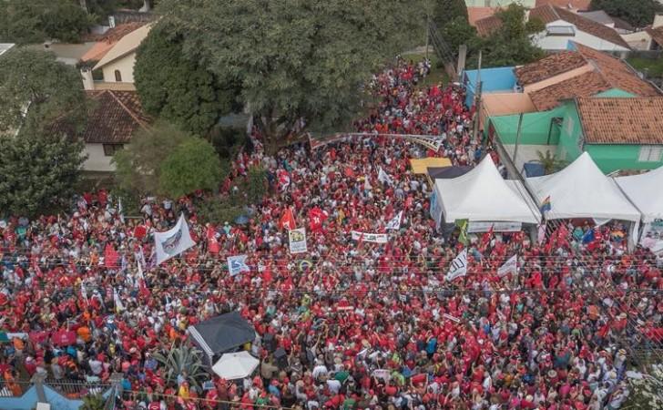 Manifestantes conmemoran el 1° de mayo en Curitiba. Foto: Ricardo Stucker