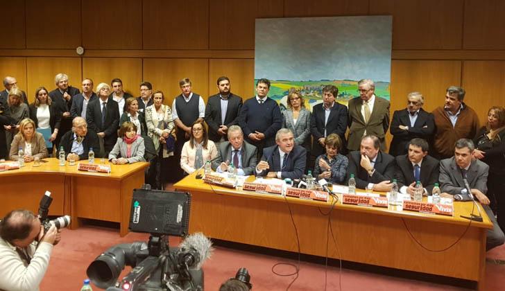 """Lanzamiento de la campaña de recolección de firmas """"por más seguridad""""."""