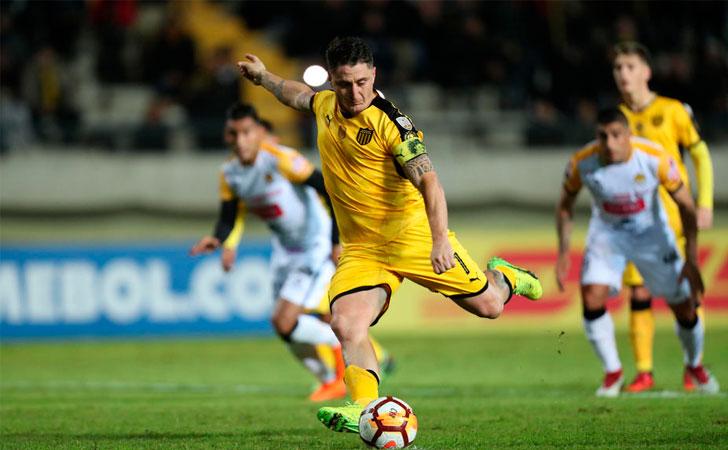 Cristián Rodríguez lanzando el penal que puso el 2-0 frente a The Strongest / Foto: EFE