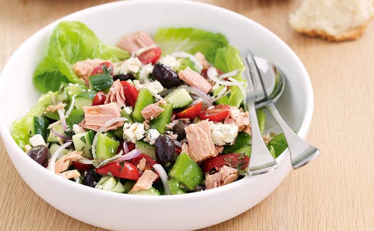 Puedes complementar la ensalada con aceitunas negras, tomate cherry y lechuga