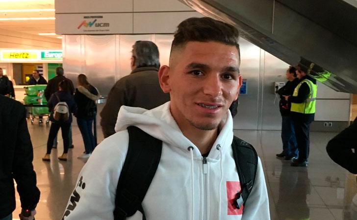 Lucas Torreira en su llegada a Uruguay / Foto: @darogoficial