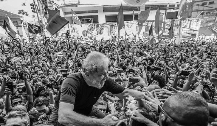 Con el apoyo popular de su lado, Lula da Silva cumple un mes en prisión.