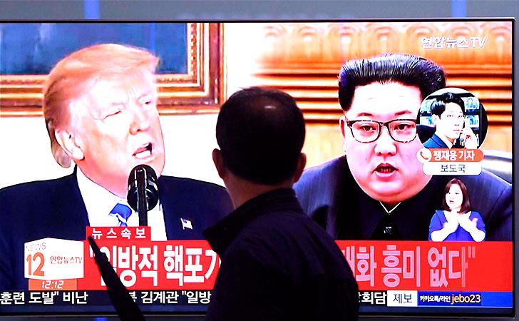 Un transeúnte observa las últimas noticias de Trump y Corea del Norte