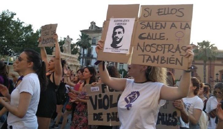 """Las españolas vuelven a tomar las calles: """"La Manada son 8; 3 jueces y 5 violadores"""". Foto: eldiario.es"""