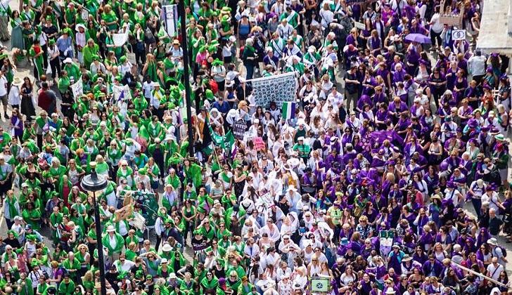 Miles de mujeres marcharon en Reino Unido a 100 años del voto femenino