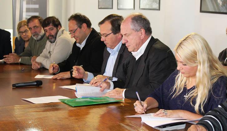 Firma del acuerdo laboral entre el Congreso Nacional de Intendentes, la Federación Nacional de Municipales y el Ministerio de Trabajo.