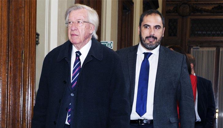 Ministro Danilo Astori y el subsecretario  subsecretario, Pablo Ferreri, ingresan al Parlamento.