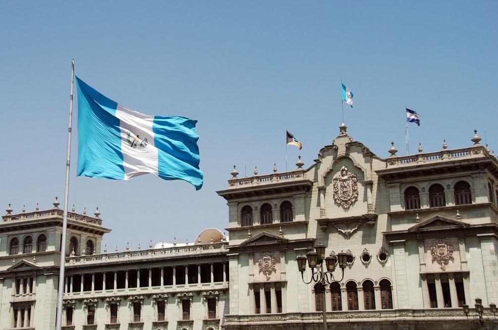 La bandera de Guatemala ondea frente al Palacio Nacional de la Cultura, en la capital del país. Foto: Flickr/amslerPIX