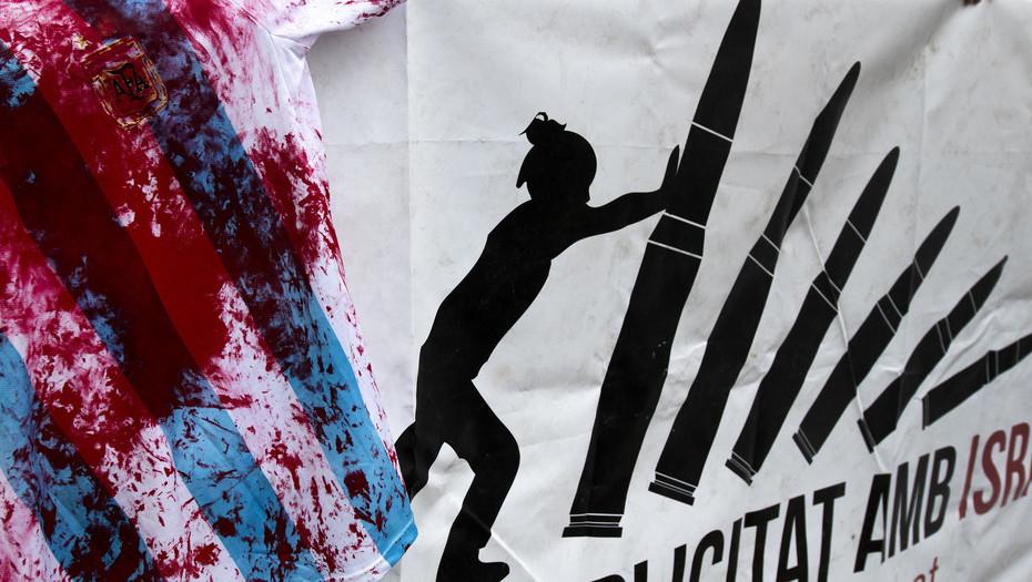 Manifestantes protestan, hoy, 5 de junio de 2018, en la ciudad de Barcelona, España, contra la presencia de la selección de Argentina de fútbol en Israel, que se presentará el 8 de junio para un partido amistoso contra el combinado nacional de ese país. Foto: Enzo Argento